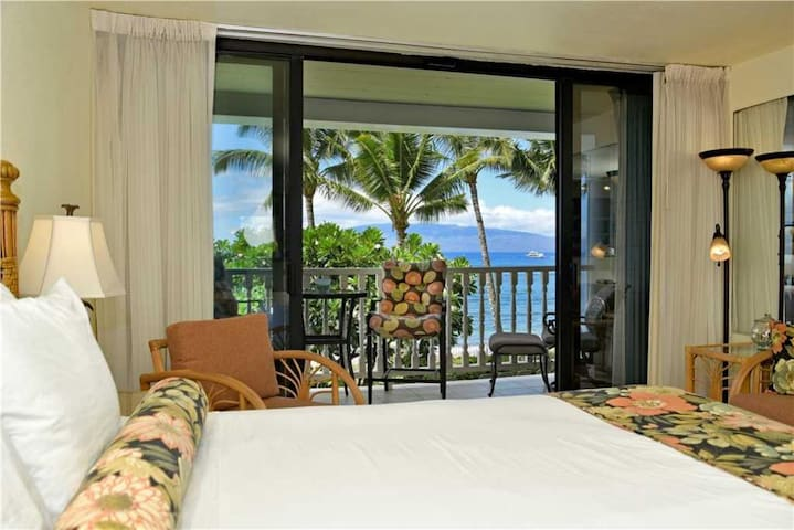 Beachfront remodeled studio condo in downtown Lahaina - Lahaina Shores #225 - Lahaina - Condominium