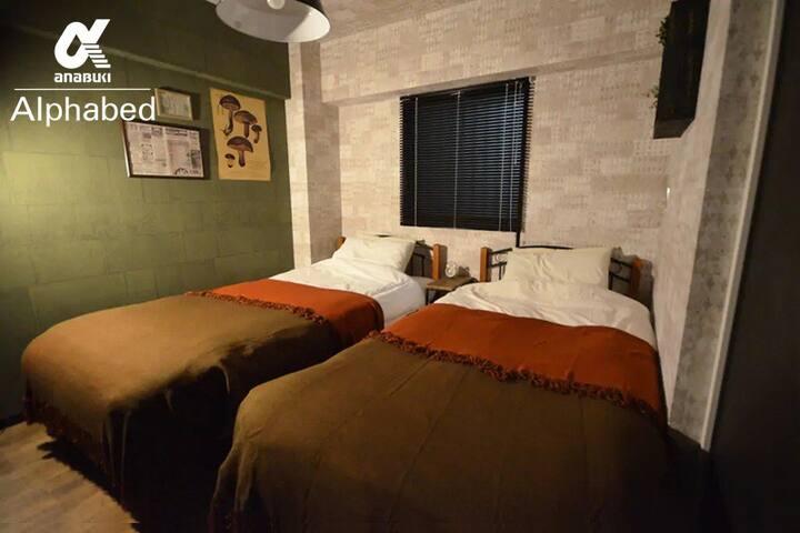 寝室には、シングルベッドを2台設置しております。