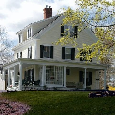 Charming B&B, short walk downtown! - Plymouth