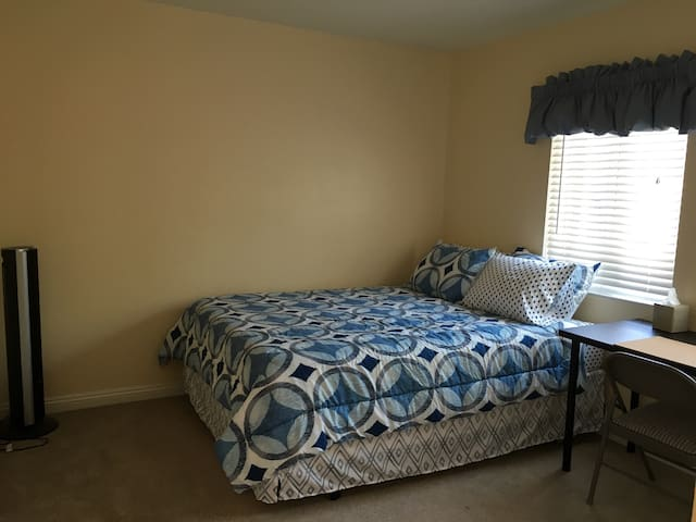 Bedroom W/Tempur-Pedic Bed - Santa Ana - Hus