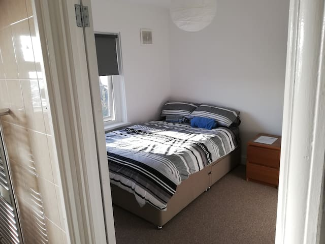 Cardiff Double Room 2 with parking