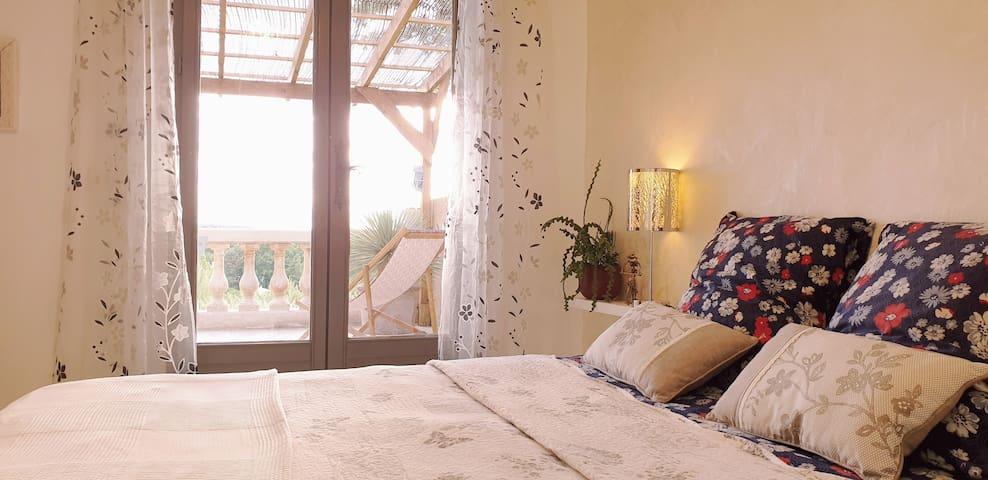 Chambre 1 avec lit queen size et accès au solarium