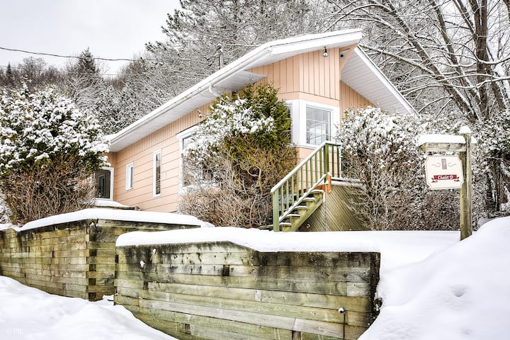 Cozy cottage fiew steps away from the beach