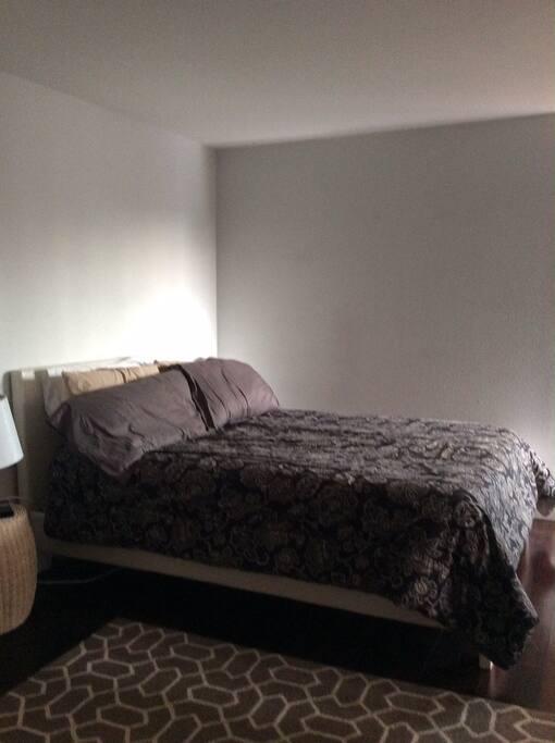 Super cozy queen size bed, luxury linens.