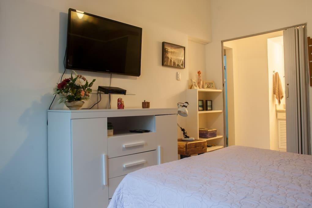 "Bedroom with Led TV 42"", cable channels / Quarto com TV de led 42"" e armarios"