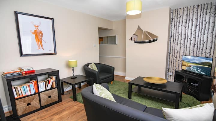 Charming 2 Bed Terrace in Claddagh, 50 metres from the seashore. Parking. Sleeps 4