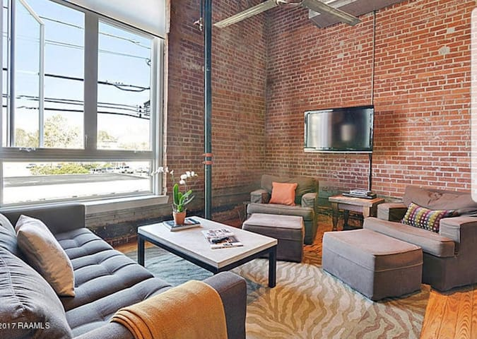 Spacious Downtown Loft steps from Jefferson St.
