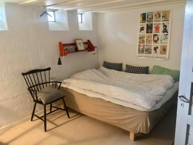 Basement with 160cm bed. 1 or 2 persons. The basement is a little dark and the stairway is steep. But the bed is nice and big.