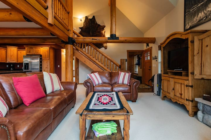 Gorgeous lakefront cabin w/fireplace & deck-5 miles to Glacier