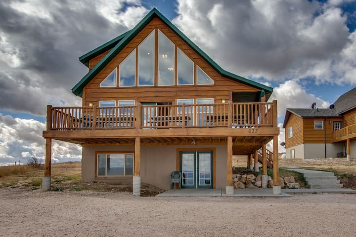 Dog-friendly lakeview cabin with shared pool, hot tub, and tennis!