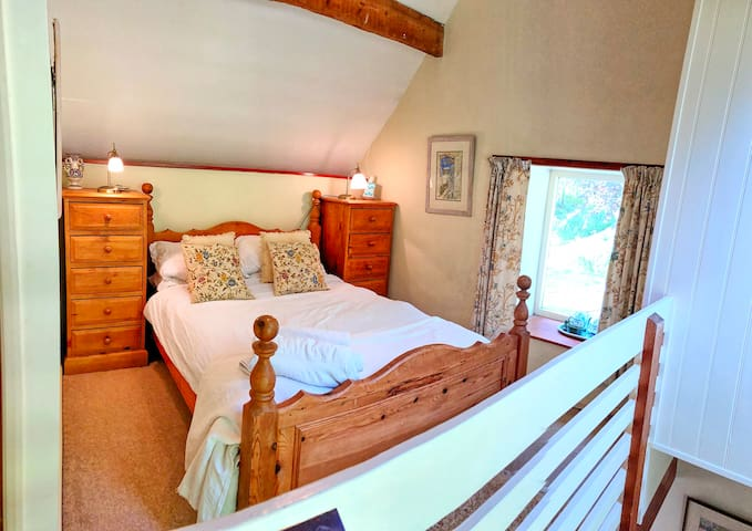 Double bedroom (en studio) with the twin and open plan to living area downstairs