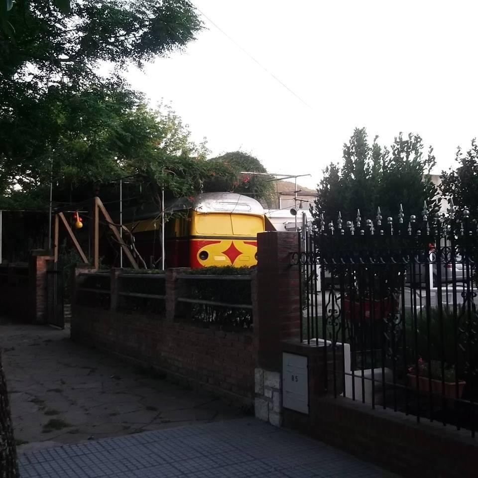 Foto del frente de las instalaciones. 5 departamentos con patio compartido.