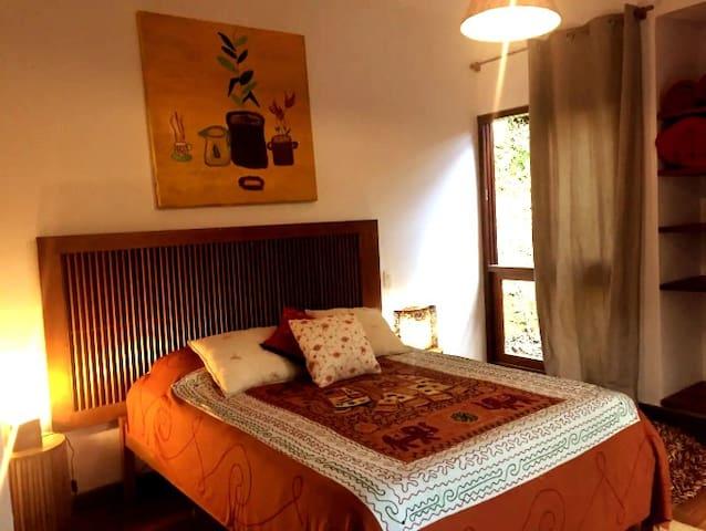 Chalé suíte 2 - cama de casal e banheiro