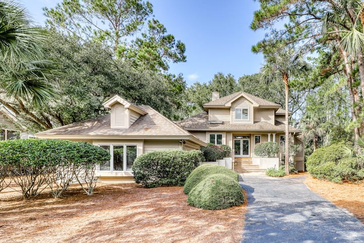 Spacious home w/ shared tennis courts & a large kitchen!