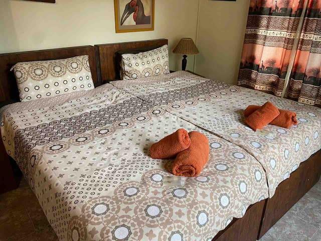 Slaapkamer 2, queensize bedden
