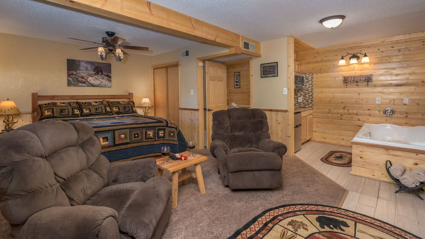 """Upper Canyon Inn & Cabins - """"Lodge 6"""" - Romantic Whirlpool Suite with Fireplace"""
