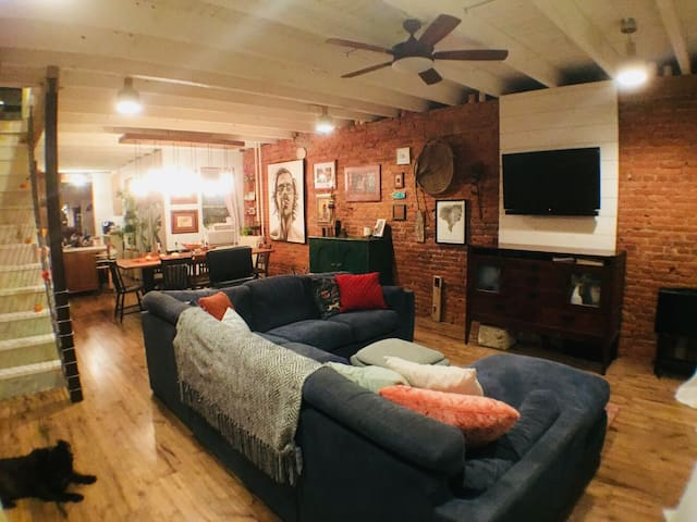 MaryJane Rehab - An Artful City Row Home