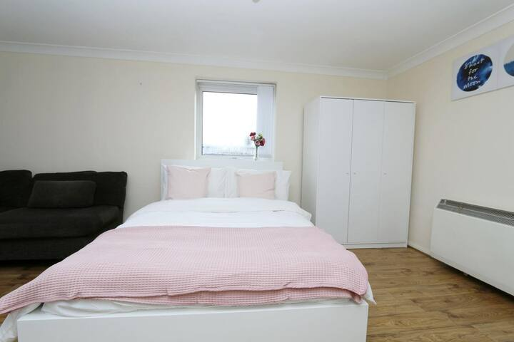 Huge double room in Limehouse