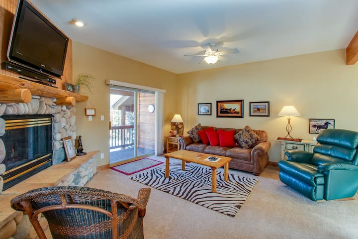 Townhome w/shared hot tub, fireplace & deck near resorts!