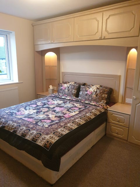 Spacious room in quiet location, with breakfast