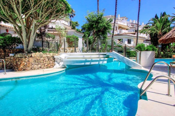 1087- cozy modern 2 bed large terrace -Wifi-2 pool