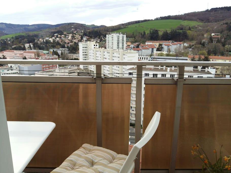 balcon du salon avec petite table +chaises pour prendre café ou thé.