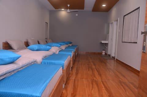 6 Bed Family Room In Hotel Radhe Inn