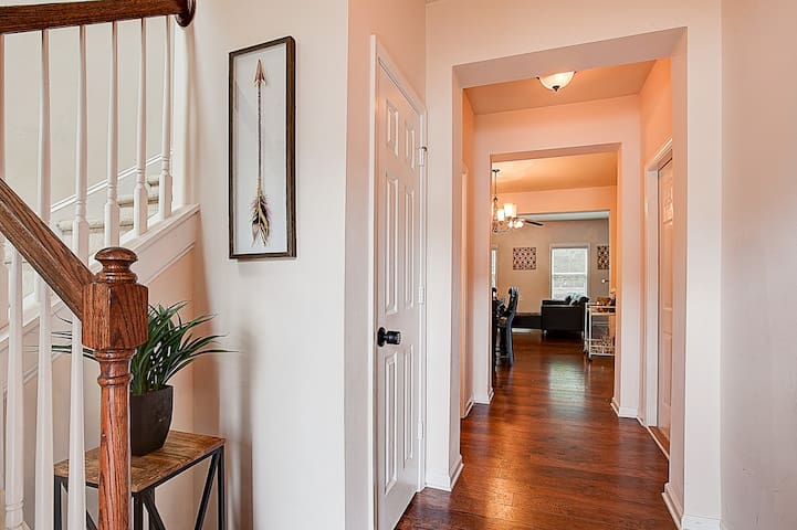 Elegant Townhome Close to ATL Airport!!