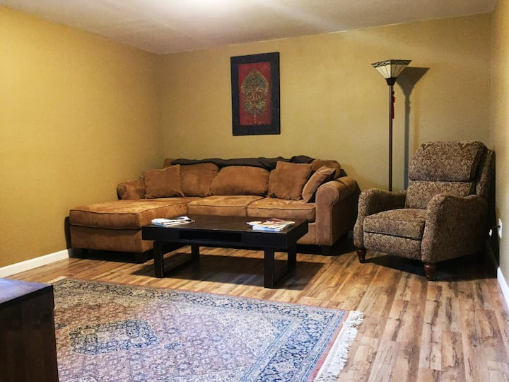 Cozy Basement Suite: 5 minutes to town or mountain