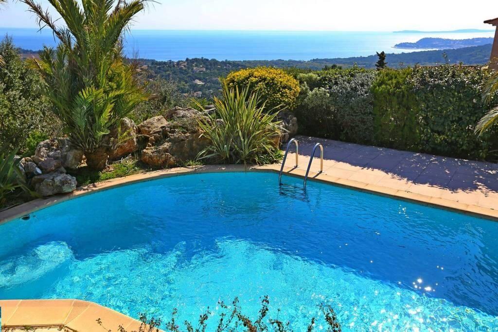 La piscine, au coeur de la végétation méditerranéenne.