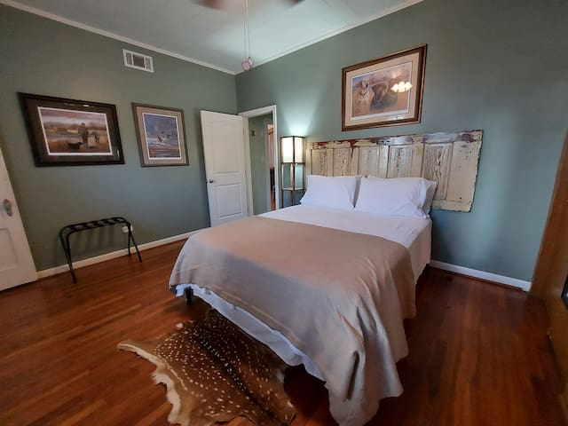 Master bedroom w/ en suite bathroom with a super comfortable queen hybrid mattress and room for a provided air mattress. Ceiling fan.