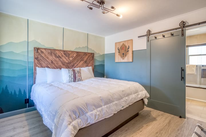 Updated, Immaculate Motel Near 1st Street Rapids Featuring King Bed with Stylish Detail!