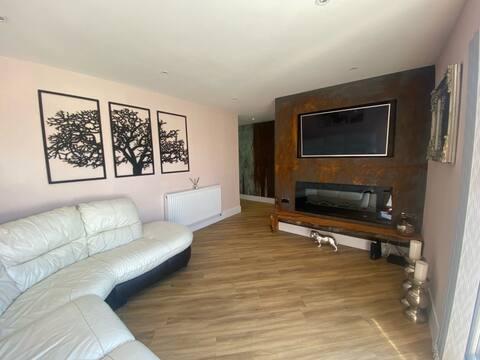 Trendy Large 3 Bedroom House - HS2/JLR/NEC/Airport