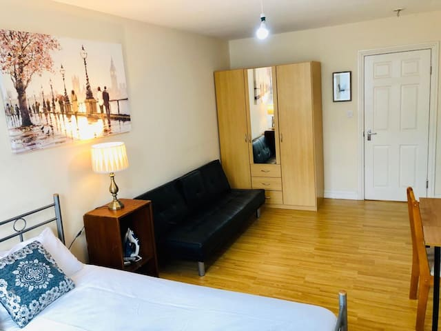 Large Modern Double bed room close to Brick lane