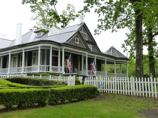 Historic 1890's Bed & Breakfast, Rose Room