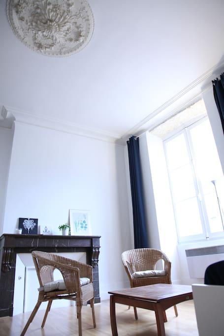 Rosace typique des plafonds des appartements anciens de Bordeaux.
