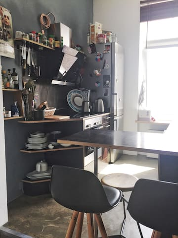 Nice little kitchen with hoven, kettle and a great delonghi coffee machine