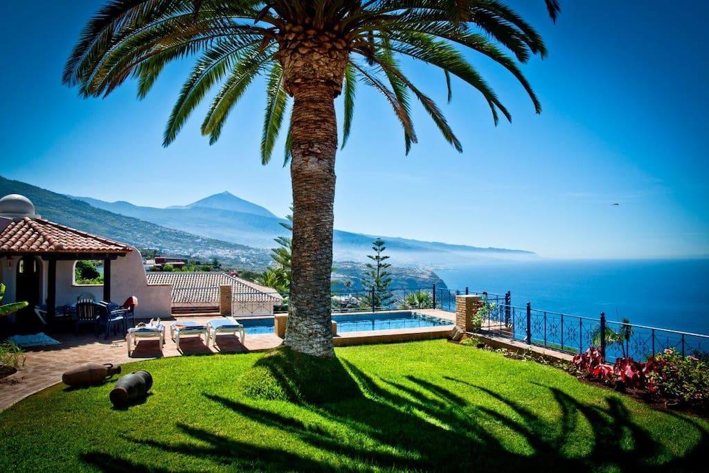 Der Blick vom Garten auf die Küste den Teide und den Atlantik
