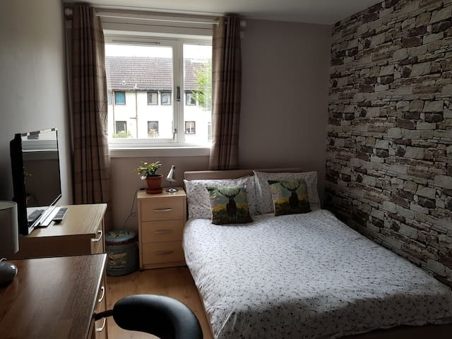 Room with Tv and free parking (near RGU)