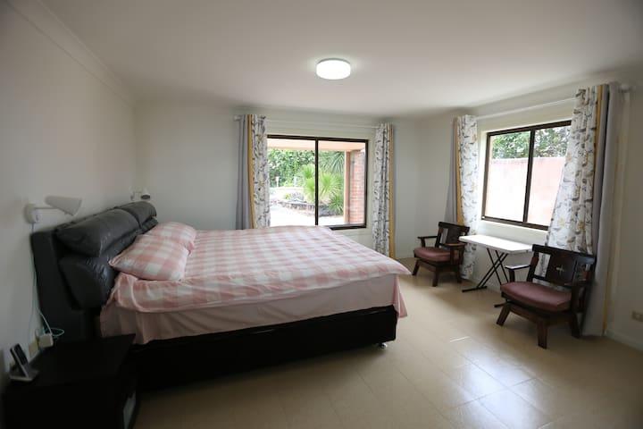通透明亮的主卧室是休息和闲谈的舒适居所,配有1米8*2米的大床