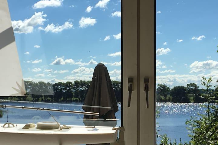 Haus Eiderschleife am Wasser, Boote vor der Tür