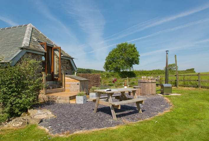 Romantic cottage for 2 with wood fired hot tub