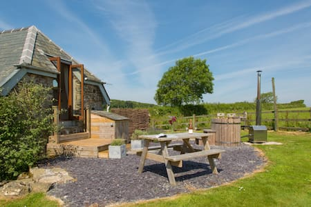 Romantic cottage for 2 with woodfired hot tub