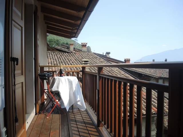 Cosy Apartment in Tenno with Balcony, Wi-Fi and Beautiful Lake View; Parking Available