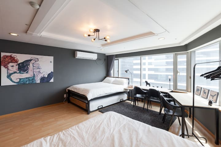 #1 [3queen sized beds] 1 min from Hongik univ stn!