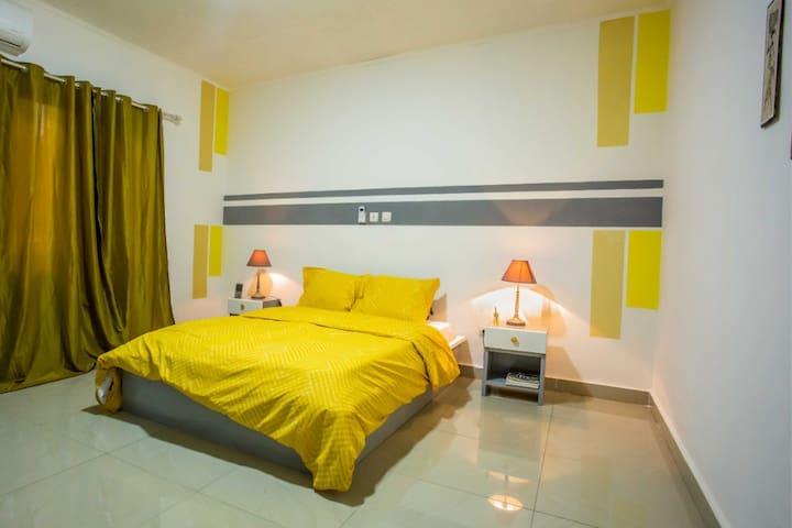Chambre à coucher avec lit deux places entièrement équipée : placards intégrés, fer à repasser,  table à repasser ...