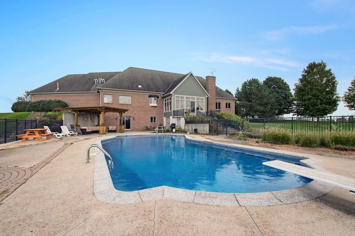 6,000 Sq Ft of elegance - Pool, Bball court