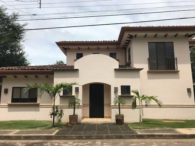 Tamarindo,  amplia casa de playa en condominio!