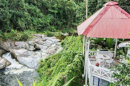 Cabaña blanca frente a rio, 2 pers - Los Cacaos - Sommerhus/hytte