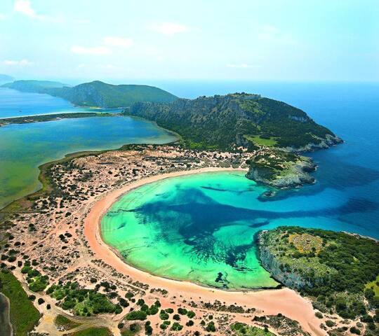 Η Βοϊδοκοιλιά, το φυσικό μνημείο που βρίσκεται στην Πύλο, είναι από τις πλέον πολυφωτογραφημένες αμμουδιές της Ελλάδας. Το υπέροχο ημικύκλιο που σχηματίζει, τα κρυστάλλινα, τιρκουάζ νερά της και οι λευκοί της αμμόλοφοι με την ψιλή σαν πούδρα άμμο συνθέτουν ένα τοπίο φαντασμαγορικό.
